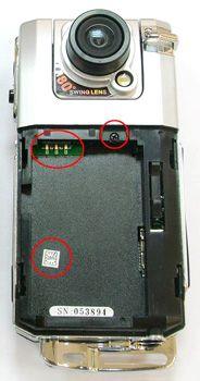 Контакты в отсеке для аккумулятора, отверстие винта отличаются